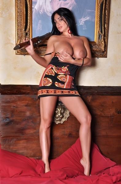 фото большая голая грудь итальянской телеведущей